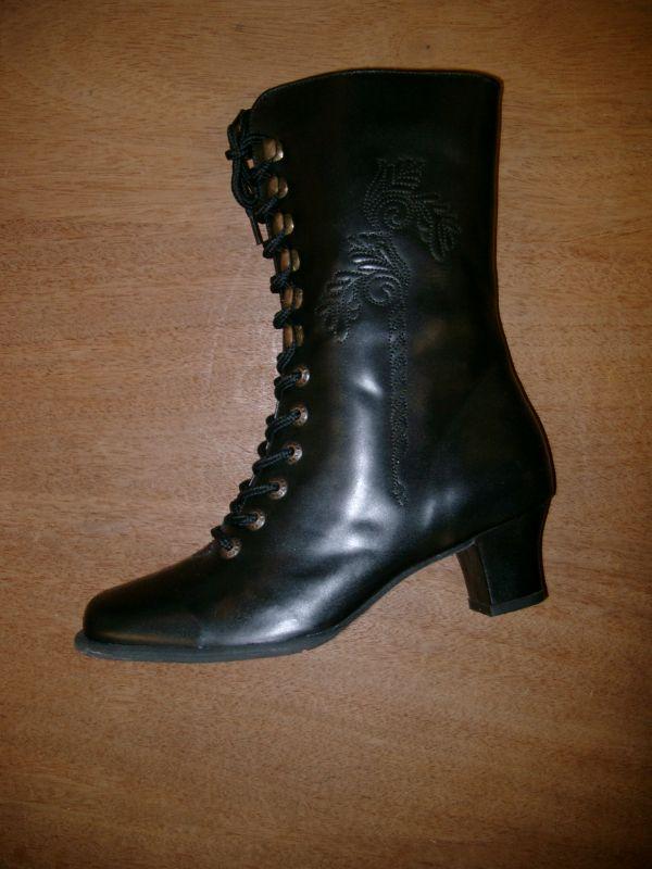 trachten damen stiefel mit stickerei aus nappaleder in schwarz. Black Bedroom Furniture Sets. Home Design Ideas